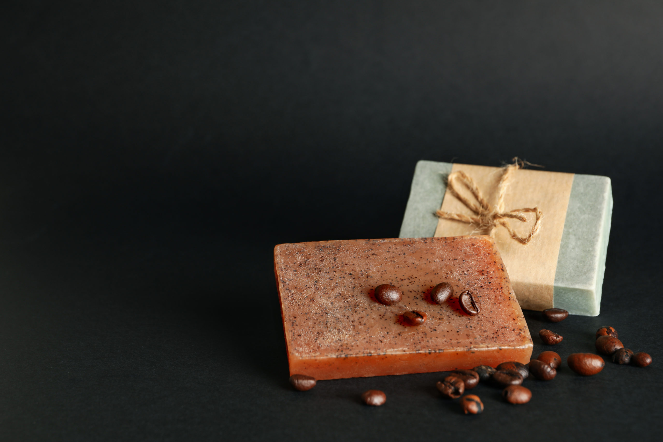 Schwarze afrikanische Seife gilt als verträglich und nachhaltig.