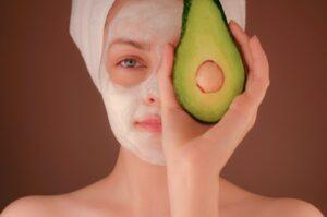 Nachhaltige Gesichtsmasken schonen auch empfindliche Haut. Foto kimia-zarifi via unsplash